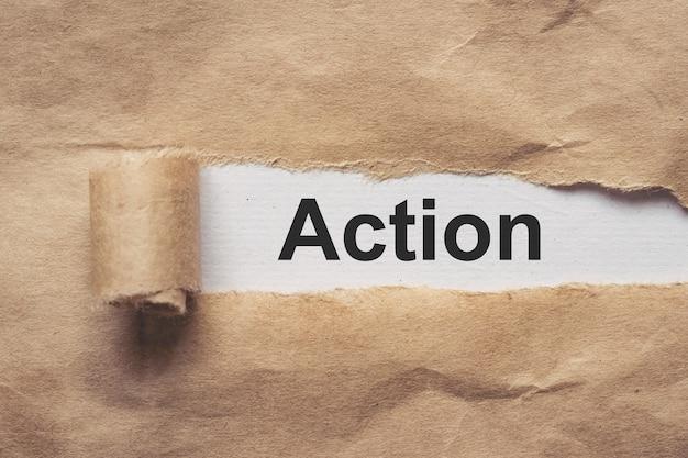 Negócios e finanças. papel pardo rasgado, o texto - ação