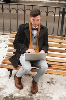 Negócios e liberdade. modernos, homem negócios, laptop, teclado, laptop, banco, trabalhando,