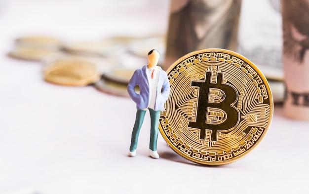 Negócios em miniatura perto do bitcoin digital virtual money
