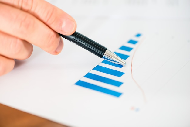 Negócios - empresário trabalhando com gráfico e diagrama Foto Premium