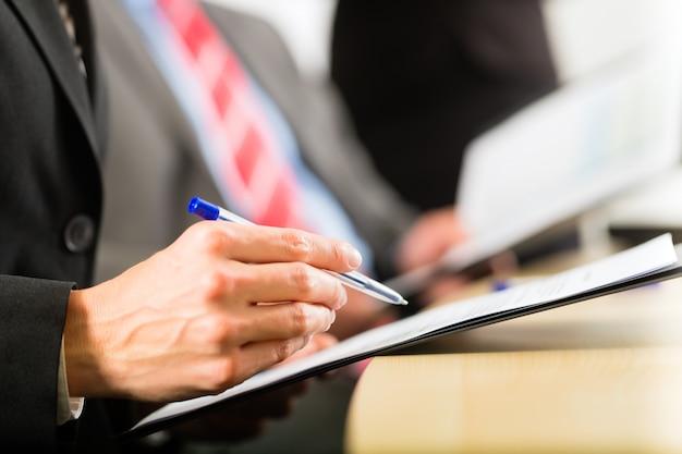 Negócios, empresários, reunião e apresentação no escritório
