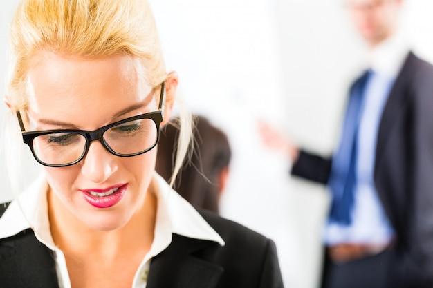 Negócios, empresários têm reunião de equipe