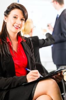 Negócios - empresários têm reunião de equipe
