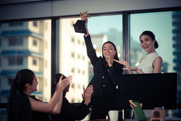 Negócios equipe sucesso conquista braço levantado