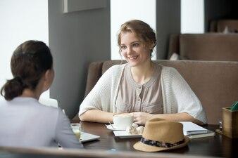 Negócios, falando em um café
