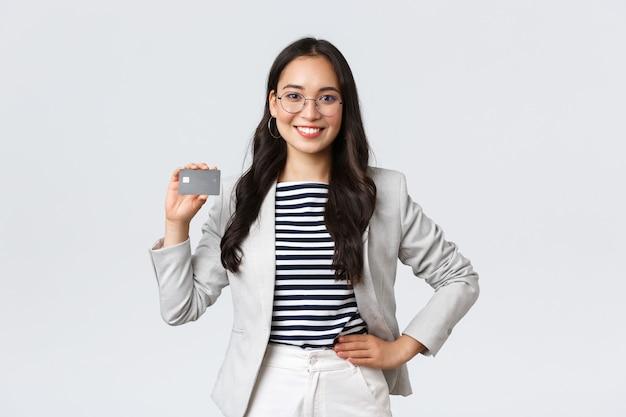 Negócios, finanças e emprego, conceito de finanças. balconista profissional de banco, empresária mostrando cartão de crédito e recomendação de conta bancária de platina para empreendedores