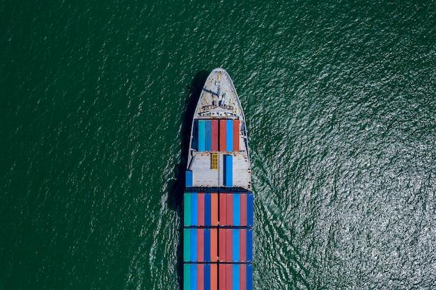 Negócios grandes contentores de carga navio logística transporte internacional de exportação e importação de serviços à beira-mar