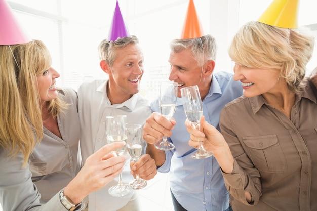 Negócios ocasionais fazendo torradas de aniversário