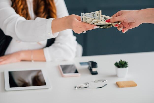 Negócios online. feminino, estendendo notas de dólar. ganhar dinheiro na internet. renda, pagamento, fundos.