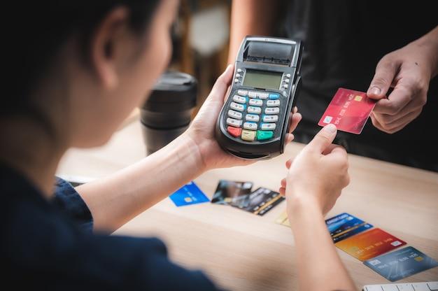 Negócios pagando com máquina de cartão de crédito, conceito de pagamento de compra do cliente