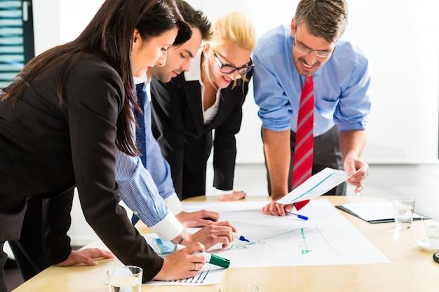Negócios, pessoas no escritório, trabalhando em equipe