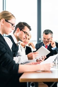 Negócios - reunião no escritório, equipe trabalhando com tablet