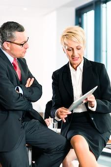 Negócios - reunião no escritório, gerentes seniores