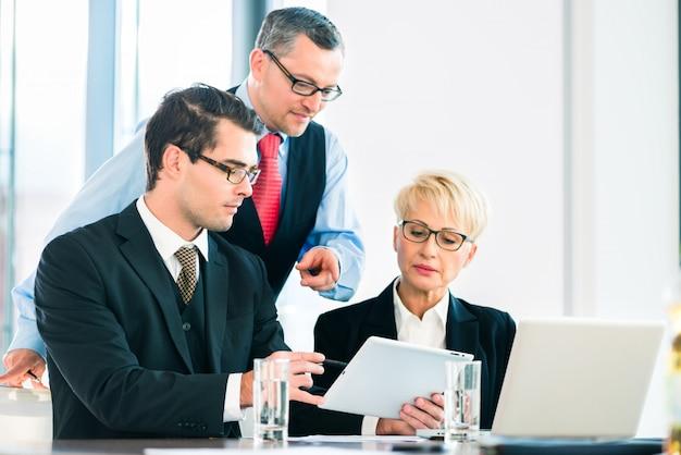 Negócios - reunião no escritório, pessoas que trabalham com documentos