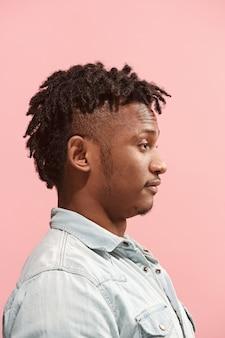 Negócios surpreendidos homem afro-americano de pé e olhando rosa