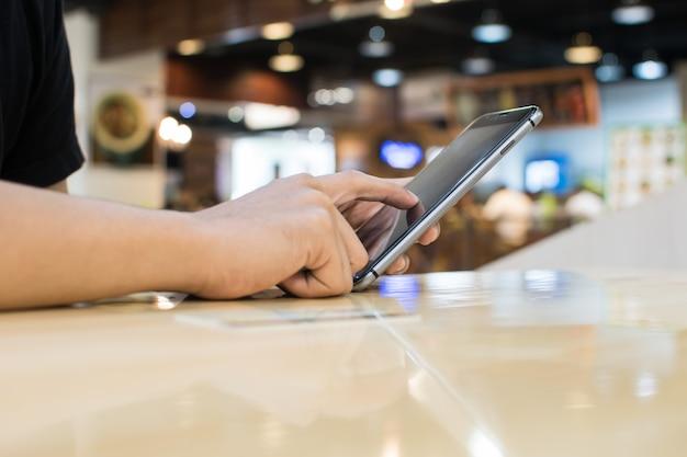 Negócios trabalhando com dispositivos modernos, computador digital e telefone celular