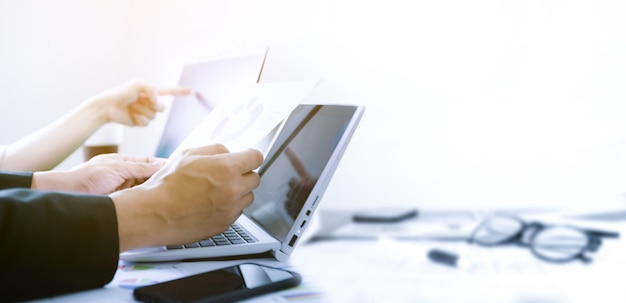 Negócios trabalhando em escritório de sucesso com laptop