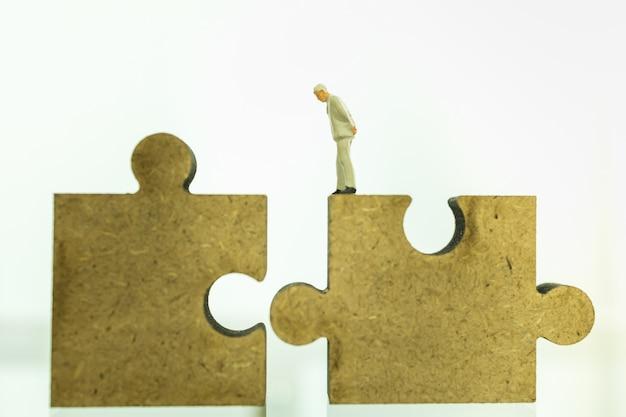 Negócios, trabalho em equipe, planejamento e conceito de trabalho. feche acima do empresário figura miniatura pessoas em pé