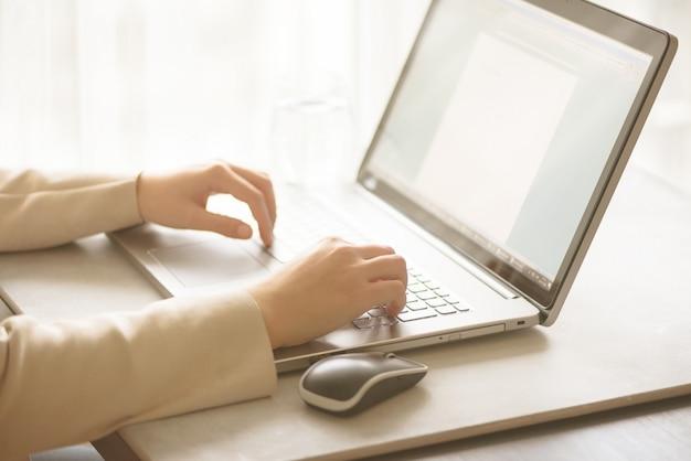Negócios, trabalho remoto, sempre se conectar, serviços bancários on-line, conceito de compras online. mulher de freelancing que usa o laptop para o trabalho da distância em casa. copie o espaço. conceito de luz bokeh