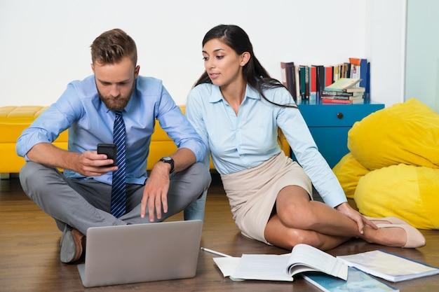 Negócios vestindo conjunto colar de trabalho