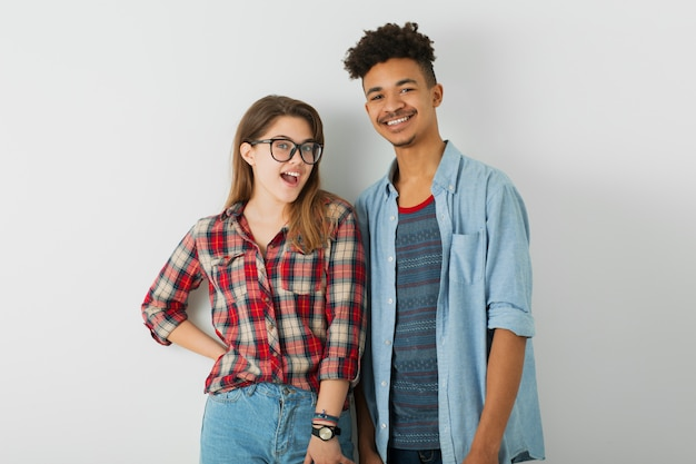 Negro afro-americano homem e mulher de camiseta e óculos, isolado no branco