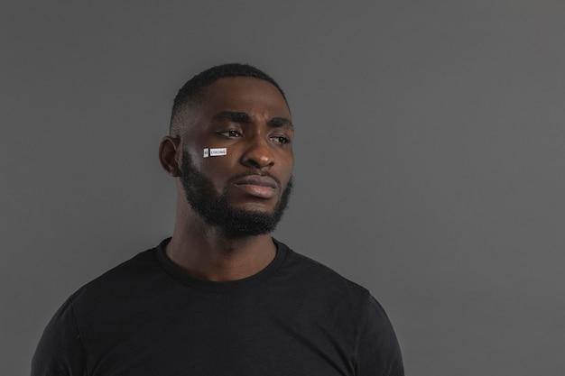 Negro americano chateado a desviar o olhar