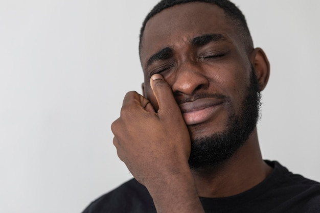 Negro americano chorando de perto