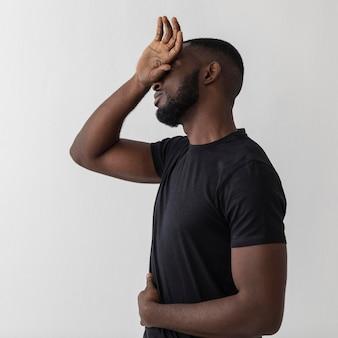 Negro americano sentindo dor