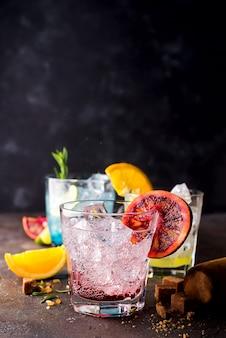 Negroni cocktail na mesa de pedra escura.