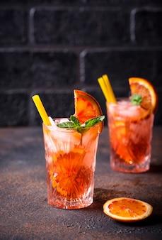 Negroni coquetel com laranja e gelo