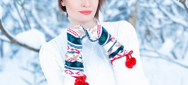 Nenhum retrato do nome de uma menina no contexto de uma manhã gelada de inverno. conceito de férias de inverno, natal e ano novo. mídia mista