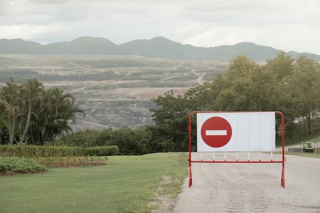 Nenhum símbolo de entrada na barreira de tráfego de metal.
