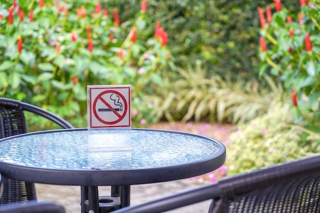 Nenhum sinal de fumar em um café e o parque