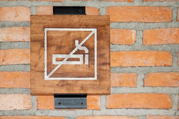 Nenhum sinal de fumar na parede de tijolo