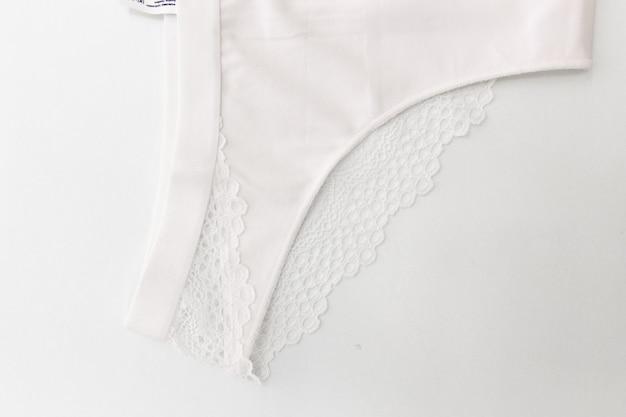 Nenhuma calcinha de renda branca da marca sobre fundo branco