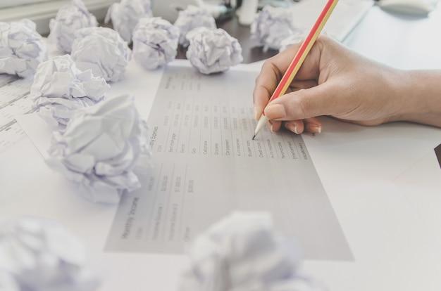 Nenhuma ideia e conceito da falha - mão humana que guarda o papel e o lixo amarrotados.
