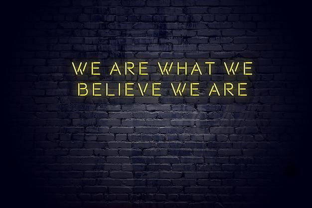 Néon, sinal, com, positivo, sábio, citação motivacional, contra, parede tijolo