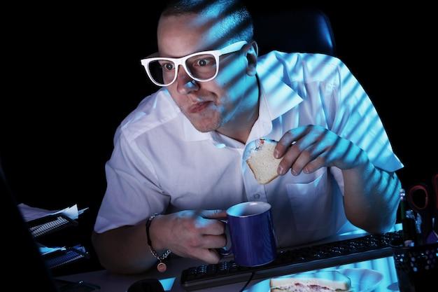 Nerd surfando a internet durante a noite