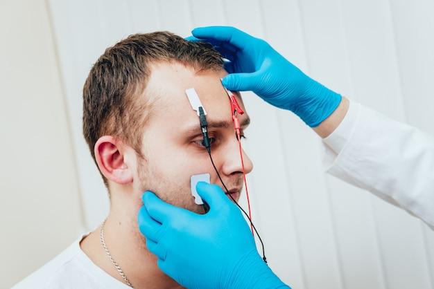 Nervos do paciente sendo testados usando eletromiografia.