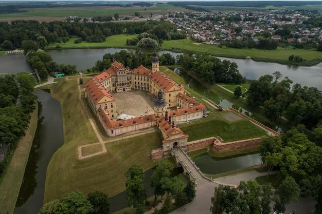 Nesvizh, bielorrússia - julho de 2019: castelo de nesvizh complexo arquitetônico, residencial e cultural da dinastia radziwill coleção do patrimônio mundial monumento arquitetônico do estilo renascentista do século xvii