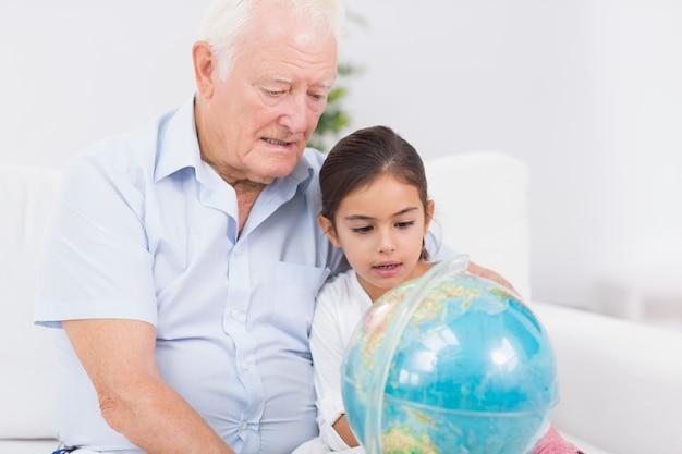 Neta e avô com globo