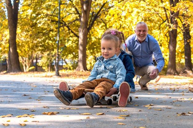 Neta sorridente brincando com o avô no parque