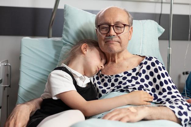 Neto carinhoso abraçando um avô idoso e doente, mostrando amor