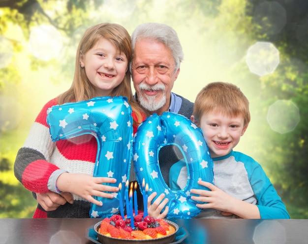 Neto, celebrando o aniversário do avô