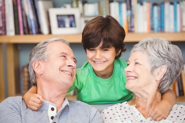 Neto com avós em casa