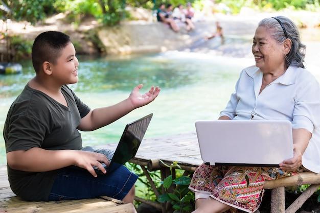 Neto, ensinando, seu, idoso, femininas, uso, laptop