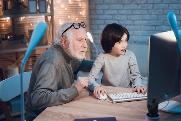 Neto, ensinando, um, vovô, como, usar, computador