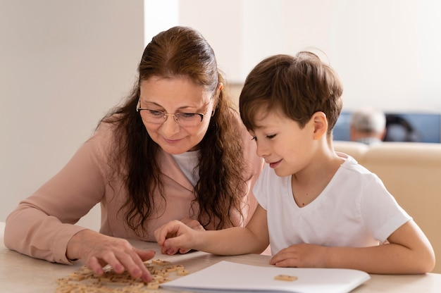 Neto fazendo lição de casa com a avó
