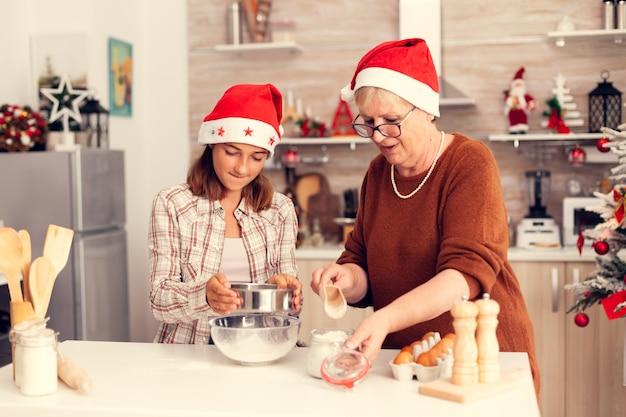 Neto no dia de natal se divertindo na cozinha com a avó