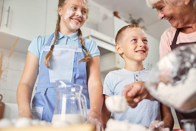 Netos fofos agradecendo a experiência culinária familiar